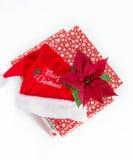 圣诞快乐帽子和一品红 免版税图库摄影