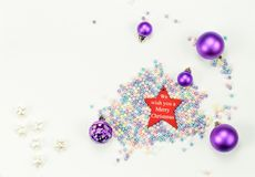圣诞快乐新年快乐假日构成:小珠,红色星,在白色背景的五个圣诞节玩具 免版税库存照片