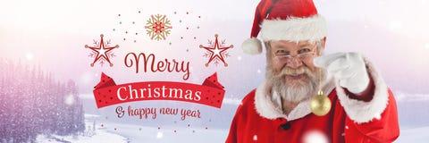 圣诞快乐新年快乐文本和圣诞老人在与圣诞节中看不中用的物品装饰的冬天 免版税库存图片