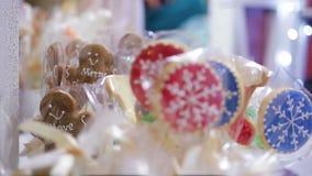 圣诞快乐曲奇饼卖了在零售店,朋友的好的假日礼物 股票视频