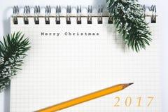 圣诞快乐概念、笔记本和黄色铅笔 免版税库存照片