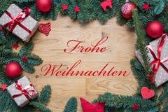 圣诞快乐用在圣诞节背景框架的德语与f 免版税库存图片