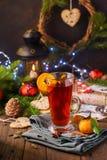 圣诞快乐礼品券概念用热的加香料的热葡萄酒 免版税库存图片