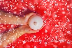 圣诞快乐背景或礼品券-儿童` s递举行 免版税库存照片