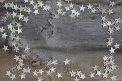 圣诞快乐装饰桦树在土气榆木木头的木头星 免版税库存照片