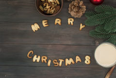 圣诞快乐词写与饼干信件在木tabl 免版税图库摄影