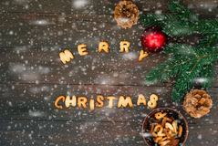 圣诞快乐词写与饼干信件在木tabl 库存照片