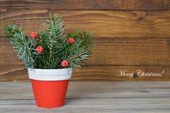 圣诞快乐:在木背景的圣诞节安排 免版税库存图片
