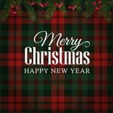 圣诞快乐贺卡,与圣诞树的邀请分支和红色莓果边界 格子呢方格的背景 免版税库存照片