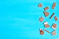 圣诞快乐!在蓝色木背景的姜饼曲奇饼 图库摄影