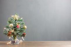 圣诞快乐&新年好概念背景 关闭与装饰的美丽的在现代土气的圣诞树&装饰品 免版税库存照片