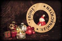 `圣诞快乐`用与图,圣诞树球和蜡烛的德语 库存图片