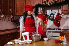 圣诞晚会晚餐菜单点心想法巧克力薄荷杯形蛋糕乳酪洒装饰母亲的奶油糖 免版税库存图片
