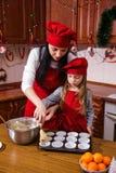圣诞晚会晚餐菜单点心想法巧克力薄荷杯形蛋糕乳酪洒装饰母亲的奶油糖 图库摄影
