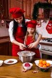 圣诞晚会晚餐菜单点心想法巧克力薄荷杯形蛋糕乳酪洒装饰母亲的奶油糖 库存图片