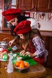 圣诞晚会晚餐菜单点心想法巧克力薄荷杯形蛋糕乳酪洒装饰母亲的奶油糖 免版税库存照片