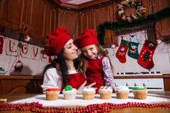 圣诞晚会晚餐菜单点心想法巧克力薄荷杯形蛋糕乳酪洒装饰母亲的奶油糖 库存照片