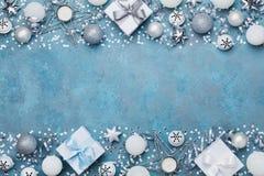圣诞晚会横幅或背景与银色球、礼物、五彩纸屑、星和衣服饰物之小金属片 平的位置 复制招呼的文本的空间 库存照片