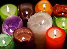 圣诞晚会,浪漫日期概念:在黑暗的背景的五颜六色的灼烧的蜡烛 库存图片
