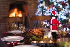 圣诞晚餐在火地方和Xmas树 免版税库存图片