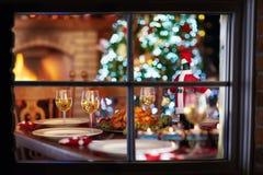 圣诞晚餐在火地方和Xmas树 库存图片