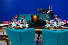 圣诞晚餐桌装饰 免版税库存照片