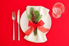 圣诞晚餐桌,在红色的餐位餐具 免版税库存照片