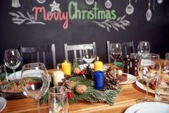 圣诞晚餐概念、桌用很多食物和葡萄酒杯 免版税图库摄影