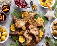 圣诞晚餐用烤肉牛排,圣诞节花圈沙拉,被烘烤的土豆,烤菜,酸果蔓酱 库存图片