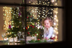 圣诞晚餐的小女孩 免版税库存图片