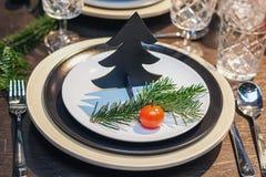 圣诞晚餐的美妙地装饰的桌 免版税图库摄影
