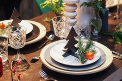 圣诞晚餐的美妙地装饰的桌 免版税库存图片