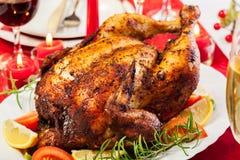 圣诞晚餐的被烘烤的鸡 免版税库存图片