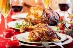 圣诞晚餐的被烘烤的鸡 免版税库存照片