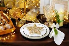 圣诞晚餐背景、板材、叉子、刀子和欢乐装饰在黑暗的土气木桌,顶视图上 表设置与 免版税图库摄影