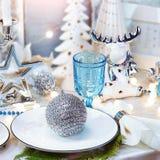 圣诞晚餐背景、板材、叉子和欢乐装饰 银色和奶油色圣诞节桌集合 免版税库存照片