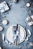 圣诞晚餐顶视图的美好的桌设置 复制文本的空间 免版税库存照片
