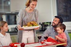 圣诞晚餐,家庭在桌上 库存图片