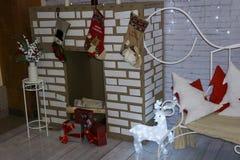 圣诞树、壁炉和礼物 一个舒适冬天场面 内部白色 免版税库存照片
