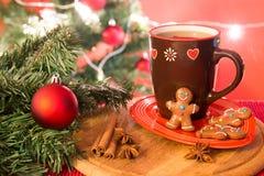 圣诞树、姜饼曲奇饼和茶 免版税图库摄影