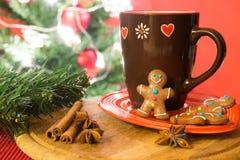 圣诞树、姜饼曲奇饼和茶 库存照片