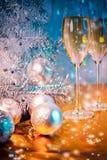 圣诞树、玩具气球和杯酒 免版税库存照片