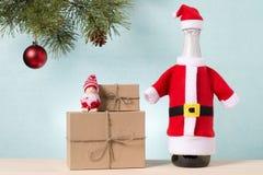 圣诞树、瓶香槟和礼物 库存照片