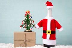 圣诞树、瓶香槟和礼物 免版税库存照片