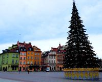 圣诞树、皇家城堡、古老五颜六色的连栋房屋和Sigismund ` s专栏在老镇 库存照片