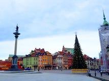 圣诞树、皇家城堡、古老五颜六色的连栋房屋和Sigismund ` s专栏在老镇 库存图片