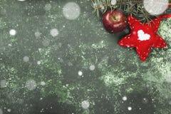 圣诞树、装饰与一个红色星和一个苹果在gre 免版税库存照片