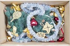 圣诞树、闪烁中看不中用的物品和闪亮金属片在箱子 图库摄影