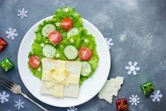 圣诞树三明治用乳酪、蔬菜沙拉、蕃茄和cuc 免版税库存照片