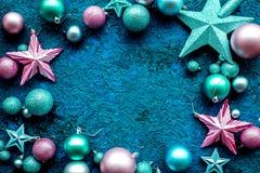 圣诞树与球和星的装饰框架在文本的蓝色背景顶视图空间戏弄 库存照片